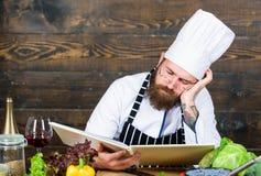 Het gezonde voedsel koken Rijpe hipster met baard Culinaire keuken vitamine Vermoeide gebaarde mens chef-kokrecept dieting royalty-vrije stock fotografie