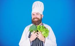 Het gezonde voedsel koken vegetari?r Rijpe chef-kok met baard Het op dieet zijn en natuurvoeding, vitamine Gebaarde mensenkok in  royalty-vrije stock fotografie