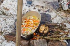 Het gezonde voedsel kookt in openlucht in de open haard royalty-vrije stock foto's