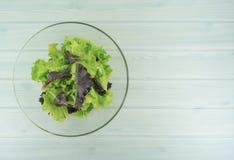 Het gezonde voedsel van het saladedieet, Gezonde saladekom op witte houten achtergrond, heeft lunchtijd, vegetarisch dieet, voeds stock afbeeldingen