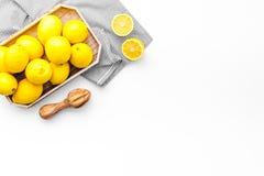 Het gezonde zoete gestremde melk koken met omhoog citroenen op keuken witte achtergrond hoogste meningsspot Stock Foto