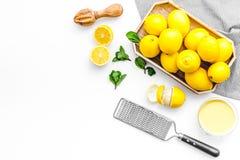 Het gezonde zoete gestremde melk koken met omhoog citroenen op keuken witte achtergrond hoogste meningsspot Royalty-vrije Stock Foto