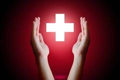 Het gezondheidszorgconcept, de holding van de Vrouwenhand en beschermt medische symbo Stock Afbeelding