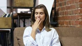 Het gieren Slaperige Vermoeide Jonge Mooie Meisjeszitting op Bank stock videobeelden