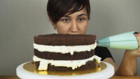 Het gieten het berijpen op Cake Het maken van de Cake van de Chocoladelaag reeks stock videobeelden