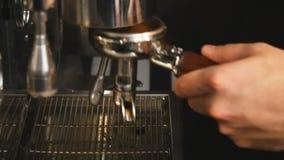 Het gieten koffieins langzame motie stock footage