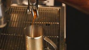 Het gieten koffieins langzame motie stock videobeelden