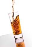 Het gieten van de alcohol Royalty-vrije Stock Afbeeldingen