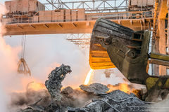 Het gieten van de hete smeltingsslakken door vrachtwagenvervoerder aan slakkenstortplaats Zware industrie royalty-vrije stock foto's
