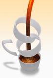 Het gieten van de koffie in ongebruikelijke kop Royalty-vrije Stock Foto's