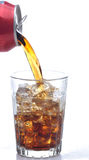 Het Gieten van de kola in Glas Royalty-vrije Stock Afbeeldingen