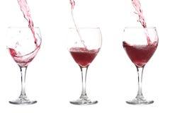 Het Gieten van de rode Wijn in Glazen Stock Afbeelding