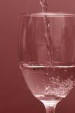 Het gieten van de wijn in glas Royalty-vrije Stock Afbeeldingen