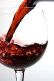 Het gieten van de wijn in glas stock afbeeldingen