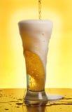 Het gieten van een bier Stock Afbeeldingen