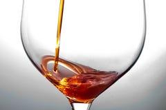 Het gieten van een drank Royalty-vrije Stock Foto