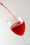 Het gieten van een drank Royalty-vrije Stock Afbeelding