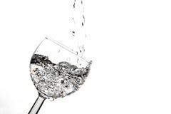 Het gieten van een duidelijke drank. Royalty-vrije Stock Afbeelding