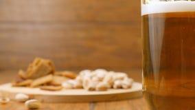 Het gieten van een glas licht bier stock footage