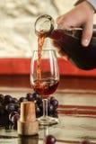 Het gieten van een glas rode wijn Royalty-vrije Stock Afbeelding