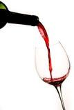 Het gieten van een Glas Rode Wijn Stock Foto