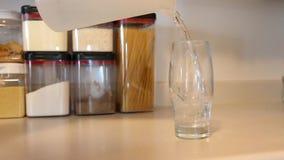 Het gieten van een glas water stock videobeelden