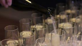 Het gieten van een glas witte wijn stock video