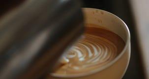 Het gieten van een Latte stock footage