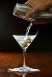 Het gieten van een martini Stock Foto