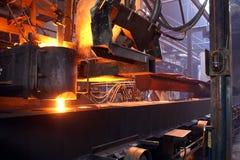 Het gieten van gesmolten ijzer in gieterij Stock Foto's