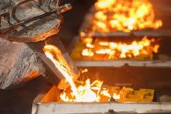 Het gieten van gesmolten metaal aan afgietselvorm Stock Afbeelding