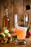 Het gieten van Glas Cider royalty-vrije stock foto