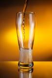 Het gieten van het bier in een glas Stock Afbeeldingen