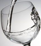 Het gieten van het water in glas royalty-vrije stock foto