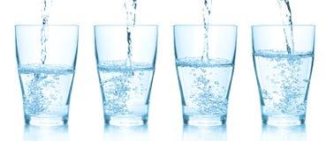 Het gieten van het water in glazen. Reeks van verschillende pictu Stock Afbeeldingen