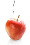 Het gieten van het water neer op een appel Royalty-vrije Stock Foto's