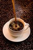 Het gieten van koffie Royalty-vrije Stock Afbeeldingen
