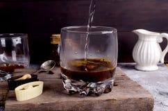 Het gieten van kokend water in een glas koffie Royalty-vrije Stock Foto