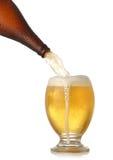 Het gieten van koud bier in glas Royalty-vrije Stock Afbeeldingen