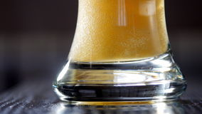 Het gieten van licht bier in glas UltraHDvideo stock videobeelden