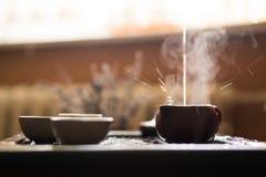 Het gieten van Puer-Thee van Theepot bij Traditionele Chinese Theeceremonie Reeks van Materiaal om Thee Te drinken Royalty-vrije Stock Afbeeldingen