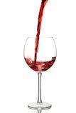 Het gieten van rode wijn in een glas Stock Fotografie