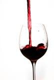 Het gieten van Rode Wijn in een Glas Royalty-vrije Stock Fotografie