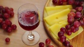 Het gieten van rode wijn in glas stock footage
