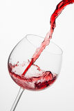 Het gieten van rode wijn in glas. Royalty-vrije Stock Foto