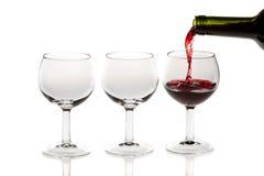Het gieten van rode wijn in glas Royalty-vrije Stock Fotografie