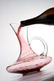 Het gieten van rode wijn in karaf royalty-vrije stock afbeelding