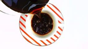 Het gieten van verse koffie in een kop stock video