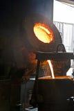 Het gieten van vloeibaar metaal Stock Fotografie