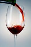 Het gieten van wijn Stock Foto